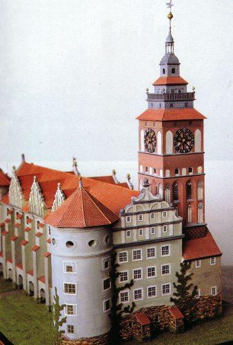Замковая башня с часами на юго-западном углу замка, самое высокое сооружение города(модель)