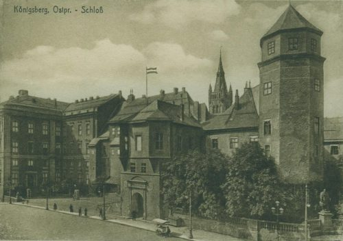 Северо-восточный угол замка с Овсяной башней (Haberturm) и памятником герцогу Альбрехту